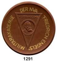 MEDAILLEN AUS PORZELLAN,Moderne Medaillen - Staatliche Porzellanmanufaktur MEISSEN DresdenBraune Medaille 1966, Umschrift der Vs. gold (63 mm).  NVA - Militärakademie