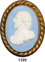 MEDAILLEN AUS PORZELLAN,Andere Hersteller Wedgwood/EnglandWeißes Portraitrelief auf ovalem hellblauen Jasper.  19. Jahrhundert.  Dargestellt ist William Shakespeare.  Gefaßt in einem alten Medaillon.  Ca. 90 x 65 mm.