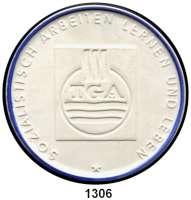 MEDAILLEN AUS PORZELLAN,Moderne Medaillen - Staatliche Porzellanmanufaktur MEISSEN DresdenWeiße Medaille 1969, Randstab der Vs. blau (62 mm).  VEB Technische Gebäudeausrüstung