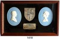 MEDAILLEN AUS PORZELLAN,Andere Hersteller Wedgwood/EnglandZwei ovale Jasperplaketten in einem Holzrahmen.  Silberhochzeit von Queen Elizabeth II. und Prince Phillip 1977.  Mit Silbernem Wappen und silberner Jubiläumsplakette. Der Holzrahmen (195 x 120 mm) kann aufgestellt oder aufgehängt werden.  Die Plaketten (je 65 x 50 mm) zeigen in weiß auf hellblauem Fond die Eheleute, sich einander zugewandt.