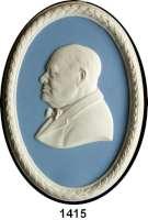 MEDAILLEN AUS PORZELLAN,Andere Hersteller Wedgwood/EnglandOvales Jasperreliefmedaillon.  Sir Winston Churchill.  Brustbild nach links.  Weiß auf hellblauem Fond mit weißer Lorbeerumrandung.  Rs.  WEDGWOOD MADE IN ENGLAND,