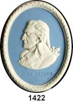 MEDAILLEN AUS PORZELLAN,Andere Hersteller Wedgwood/EnglandOvales Jasperreliefmedaillon.  James Christie.  Brustbild nach links.  Weiß auf hellblauem Fond mit weißer Lorbeerumrandung.  Rs.  WEDGWOOD MADE IN ENGLAND,