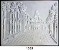 MEDAILLEN AUS PORZELLAN,Andere Hersteller HerendEinseitige rechteckige weiße Reliefplakette.  Zeigend die ungarische Kühlschrankfabrik LEHEL (Zufahrt und Fabrikations-/Bürogebäude).  Rückseite:  Aufhängelöcher, Herend geprägt und Blaue Marke HEREND/HUNGARY mit Wappen.  209 x162 mm.