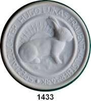 MEDAILLEN AUS PORZELLAN,Andere Hersteller Sonstige HerstellerEinseitige weiße Medaille.  Um 1920.  Kaninchen nach rechts vor aufgehender Sonne. Umschrift: SPEZIALZÜCHTER HUGO LUKAS FRAUENTHAL STEIERMARK.  Rückseitig kleines Ornament und Inschrift: Als Ehrenpreis.  86 mm.  Im Originaletui (mit Golddruck).