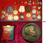 Orden, Ehrenzeichen, Militaria, Zeitgeschichte,Ausland SowjetunionAuszeichnungen/Orden, Nadeln, Abzeichen, Medaillen etc.  LOT von 38 Teile.  In einer Kiste.