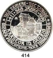 M E D A I L L E N,Städte DanzigSilbermedaille 1975 (unsigniert, 1000 fein).  Zum 565jährigen Bestehen des Danziger Krontors und zum 750jährigen Bestehen der Stadt, sogenannter Danziger Jubiläumsgulden. Wappen, darunter 5 Gulden. / Das Krantor am Danziger Hafen. Rand: ******* NEC TEMERE ******* NEC TIMIDE.  46 mm.  30,7 g.
