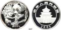 AUSLÄNDISCHE MÜNZEN,China Volksrepublik seit 1949300 Yuan 2005.  (1 Kilogramm Silber).  Sitzender Panda mit stehendem Jungtier.  Schön 1469.  KM 1587.  Verschweißt.  Im Originaletui mit Zertifikat.