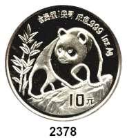 AUSLÄNDISCHE MÜNZEN,China Volksrepublik seit 1949 10 Yuan 1990 (Silberunze).  Jahreszahl ohne Serifen.  Panda besteigt Felsen.  Schön 273.  KM 276.  In Kapsel.