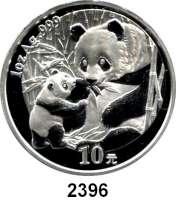 AUSLÄNDISCHE MÜNZEN,China Volksrepublik seit 1949 10 Yuan 2005 (Silberunze).  Sitzender Panda mit stehendem Jungtier.  Schön 1467.  KM 1589.  In Kapsel.