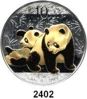AUSLÄNDISCHE MÜNZEN,China Volksrepublik seit 1949 10 Yuan 2010 (Silberunze, teilvergoldet).  Panda mit Jungtier.  Schön 1772.  KM 1931.  In Kapsel.