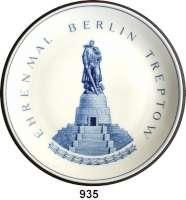 Deutsche Demokratische Republik   PP-Patina !!!!!, Weißer Porzellan-Wandteller, Motiv blau.  Ehrenmal  Berlin  Treptow.  Staatliche Porzellanmanufaktur Meißen.  I. Wahl.  26 cm.