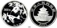 AUSLÄNDISCHE MÜNZEN,China Volksrepublik seit 1949 300 Yuan 2007.  (Silber, 1 Kilogramm).  Panda mit Jungtier beim Verzehr von Bambus.  Schön 1550.  KM 1712.  Im Originaletui mit Zertifikat.