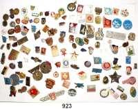 M E D A I L L E N,Deutsche Demokratische Republik  Umfangreiche Sammlung von 238 Abzeichen/Anstecknadeln (Pins).  Überwiegend farbig/mehrfarbig.  95% DDR Abzeichen.