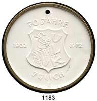 MEDAILLEN AUS PORZELLAN,Moderne Medaillen - Staatliche Porzellanmanufaktur MEISSEN Jülich Weiße Medaille 1972, Randstab der Vorderseite vergoldet (65 mm).  70 Jahre Karnevalsgesellschaft.  W. 5280.