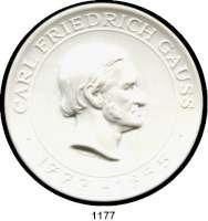 MEDAILLEN AUS PORZELLAN,Moderne Medaillen - Staatliche Porzellanmanufaktur MEISSEN Berlin Weiße Medaille 1977 (80 mm).  Akademie der Wissenschaften der DDR - Mathematische Gesellschaft.  GAUSS-KOMITEE.  W. 6083.