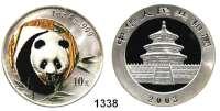 AUSLÄNDISCHE MÜNZEN,China Volksrepublik seit 1949 10 Yuan 2003 (Silberunze).  Panda von vorn in Farbe.  Schön 1366.  KM 1466.  In Kapsel.