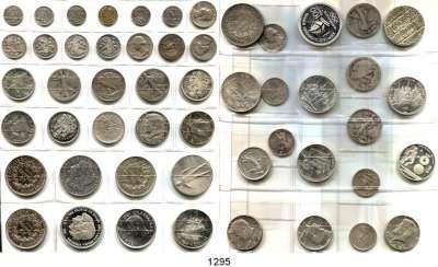 AUSLÄNDISCHE MÜNZEN,L  O  T  S     L  O  T  S     L  O  T  S  Album mit 52 Silbermünzen aus aller Welt.  Zusammen ca. 640 Gramm.