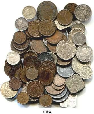 AUSLÄNDISCHE MÜNZEN,Niederlande LOTS     LOTS     LOTS 1/2 Cent 1891-1914 (9 Stück); 1 Cent 1892-1948 (24); 2 1/2 Cents 1903, 1904, 1905, 1906; 5 Cents 1913-1948 (5); 10 Cents 1911-1943 (15); 25 Cents 1896-1941 (5); 1/2 Gulden 1928, 1929, 1930; 1 Gulden 1915.  LOT 66 Stück darunter 21 Silbermünzen.