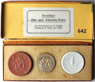 P O R Z E L L A N M Ü N Z E N,Spendenmünzen mit Talerbezeichnung Berlin Deutscher Not- und Schmachtaler o.J.(1922) braun und weiß.  Im Originaletui mit versilberter Medaille