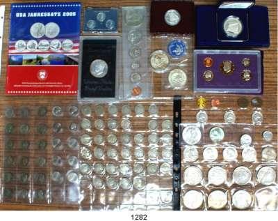 AUSLÄNDISCHE MÜNZEN,U S A L O T S     L O T S     L O T S LOT von 114 modernen Münzen.  Darunter 2 Cent 1865, 1867; 5 Cent 1868-1937(38) u.a. 1919 S; Half Dollar 1942 S, 1963, 1964, 1982 D(2), 1982 S (PP); Morgan-Dollar 1921, 1921 D; Peace-Dollar 1922 D, 1923, 1923 S, 1924(2),  Silber-Dollar 1971 S im Rahmen; Silber-Dollar 1971 S; 1974 S(2); Silber-Dollar 1987 S Verfassung (PP); Silber-Unze 2005; Kurssatz 1990 S