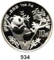 AUSLÄNDISCHE MÜNZEN,China Volksrepublik seit 1949 10 Yuan 1995 (Silberunze).  Panda in einer Astgabel beim Verzehr von Bambus.  Zweig mit 9 Blättern.  Schön 777.  KM 732.  In Kapsel.