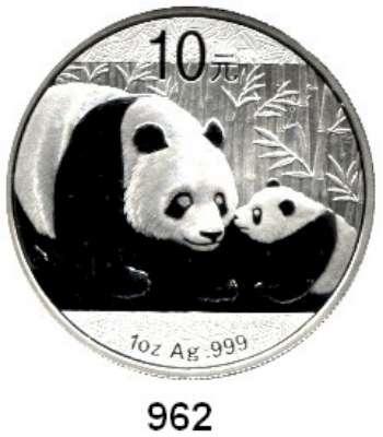 AUSLÄNDISCHE MÜNZEN,China Volksrepublik seit 1949 10 Yuan 2011 (Silberunze).  Panda mit Jungtier.  Schön 1802.  KM 1980.  In Kapsel.