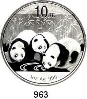 AUSLÄNDISCHE MÜNZEN,China Volksrepublik seit 1949 10 Yuan 2013 (Silberunze).  Drei Pandas am Gewässer.  Schön 1948.  In Kapsel.