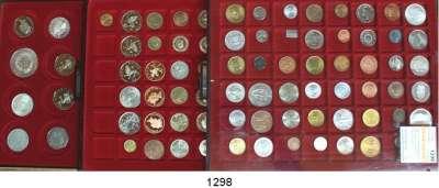 AUSLÄNDISCHE MÜNZEN,L  O  T  S     L  O  T  S     L  O  T  S  LOT von 100 Münzen aus aller Welt.  Darunter 8 Silbermünzen.  Schwerpunkte Frankreich, Großbritannien, Niederlande. Darunter Bulgarien, 5 Leva 1963; 10 Leva 1978; Macau, 5 Patacas 1952 und Port. Guinea, 20 Escudos 1952.