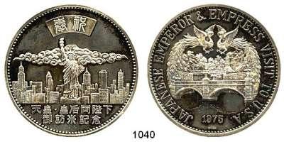 AUSLÄNDISCHE MÜNZEN,Japan Hirohito 1926 - 1989 Silbermedaille 1975.  Auf den Besuch des Japanischen Kaisers in den U.S.A..  Zwei Phönixe über Kaiserpalast des Tenno. / Freiheitsstatue vor Skyline von New York.  55 mm.  80,16 g.  Im Originaletui.
