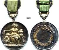 AUSLÄNDISCHE MÜNZEN,Frankreich 3. Republik 1870 - 1940 Silbermedaille o.J.  Société Nationale d´Encouragement au bien.  Mit Gravur 1910.  Mit Öse und kl. Schleife.  51 mm.  49,4 g.