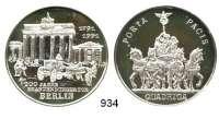 M E D A I L L E N,Medailleur Helmut König (Zella-Mehlis)  Silbermedaille 1991.  200 Jahre Brandenburger Tor.  Pferdekutsche vor Brandenburger Tor. / Quadriga.  40 mm.  30,82 g.  Engler 855.
