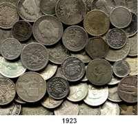 AUSLÄNDISCHE MÜNZEN,L  O  T  S     L  O  T  S     L  O  T  S  LOT von 111 meist verschiedenen ausländischen Silberkleinmünzen.  Brutto 530 Gramm.
