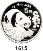 AUSLÄNDISCHE MÜNZEN,China Volksrepublik seit 1949 5 Yuan 1994 (1/2 Silberunze).  Panda bei der Annäherung an ein Gewässer.  Schön 620.  KM 621.  In Kapsel.