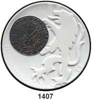 MEDAILLEN AUS PORZELLAN,Staatliche Porzellan-Manufaktur MEISSEN Meissen 1989 weiß (61 mm).  BFA Numismatik Dresden.  Taler versilbert (für Aussteller).