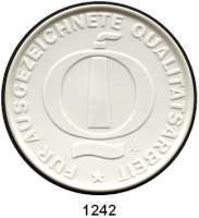 MEDAILLEN AUS PORZELLAN,Staatliche Porzellan-Manufaktur MEISSEN Freital 1980 weiß (81 mm).  VEB Edelstahlwerk