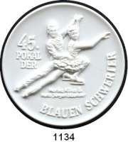 MEDAILLEN AUS PORZELLAN,Staatliche Porzellan-Manufaktur MEISSEN Chemnitz 2012 weiß (65 mm).  Sächsischer Eissportverband - 45. Pokal der Blauen Schwerter.  Eiskunstlaufpaar Kilius/Bäumler.
