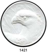 MEDAILLEN AUS PORZELLAN,Staatliche Porzellan-Manufaktur MEISSEN Meissen 1995 weiß (82 mm).  Kopf eines Adlers nach links.