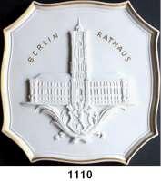 MEDAILLEN AUS PORZELLAN,Staatliche Porzellan-Manufaktur MEISSEN Berlin 1973/86 weiß, Randlinie und Text gold.   (177 x 174 mm).  Magistrat von Groß-Berlin.  Rotes Rathaus.
