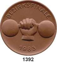MEDAILLEN AUS PORZELLAN,Staatliche Porzellan-Manufaktur MEISSEN Meissen 1983 braun (63 mm).  Bezirksfinale im Gewichtheben.
