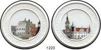 MEDAILLEN AUS PORZELLAN,Staatliche Porzellan-Manufaktur MEISSEN Dresden 2006 weiß mit mehrfarbigem Dekor (65 mm).  Semperoper und Schloß.  LOT 2 Stück.