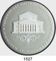 MEDAILLEN AUS PORZELLAN,Andere Hersteller Nymphenburg Grau/weiße Medaille 1963 (136 mm).  Zur Wiedereröffnung des Nationaltheaters in München.  Im Originaletui mit Widmung.