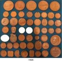 MEDAILLEN AUS PORZELLAN,Staatliche Porzellan-Manufaktur MEISSEN L O T S      L O T S      L O T S LOT von 52 verschiedenen DDR-Medaillen bis 1961.  Meist nach Katalog Weigelt bestimmt.  26 bis 63 mm Ø