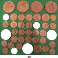 MEDAILLEN AUS PORZELLAN,Staatliche Porzellan-Manufaktur MEISSEN L O T S      L O T S      L O T S LOT von 40 verschiedenen Medaillen mit Tiermotiven (35x braun und 6x weiß).  Von 39 bis 80 mm Ø