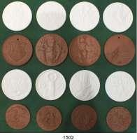 MEDAILLEN AUS PORZELLAN,Staatliche Porzellan-Manufaktur MEISSEN L O T S      L O T S      L O T S 17 verschiedene Medaillen (14x braun 53 mm / 4x weiß 51 mm).  Zum Tag der Offenen Tür 1996 bis 2010;  9 verschiedene Medaillen (braun 43 mm).  Zum Tag der Offenen Tür 2002 bis 2010;  14 verschiedene Medaillen (1x braun 52 mm / 11x weiß 51 mm) aus der Serie