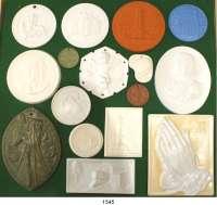 MEDAILLEN AUS PORZELLAN,Andere Hersteller L O T S     L O T S     L O T S     L O T S LOT von über 100 modernen Medaillen verschiedenster Hersteller.  32 bis 145 mm Ø  In einer selbstgestalteten Holzkiste mit 12 Tabletts.