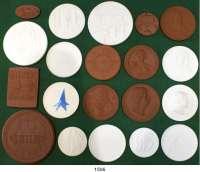 MEDAILLEN AUS PORZELLAN,Staatliche Porzellan-Manufaktur MEISSEN L O T S      L O T S      L O T S LOT von über 300 meist modernen Medaillen.  Überwiegend verschiedene.  35 bis 108 mm Ø  In einer selbstgestalteten Münzkiste mit 12 Tabletts.