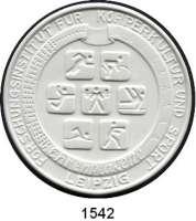 MEDAILLEN AUS PORZELLAN,Andere Hersteller Sonstige Hersteller Weiße einseitige Plakette o.J. (108 mm).  Forschungsinstitut für Körperkultur und Sport.  Ehrenplakette.  Im Originaletui.